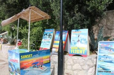 Um stand onde se agendam esportes aquáticos