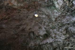 Pequeno buraco no teto por onde entra a luz do sol