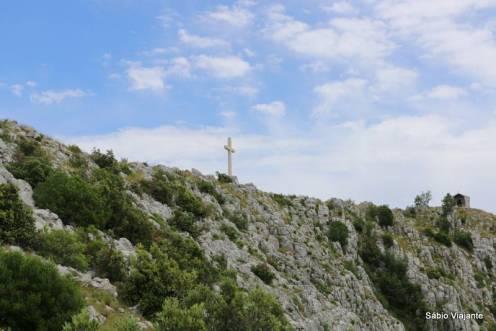 Cruz localizada no pico da montanha