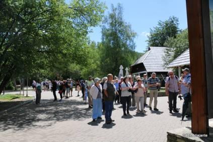 Entrada 1 do Parque Nacional dos Lagos Plitvice: muitos turistas chegando e procurando informações