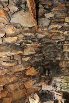 Interior do abrigo de pedra