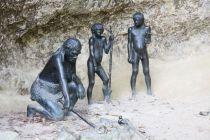 Local das escavações com indicações e estátuas