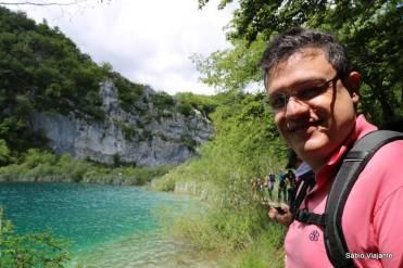 Muito azul, verde e paredões de rocha