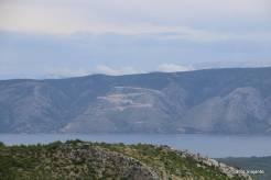 Na estrada à frente do restaurante era possível ver o braço de mar que acessa Stari Grad