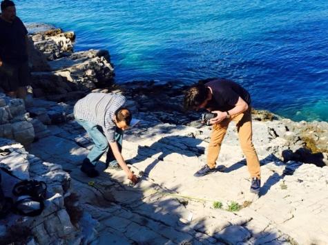 Equipe verificando a veracidade das pegadas na enseada de Žukova