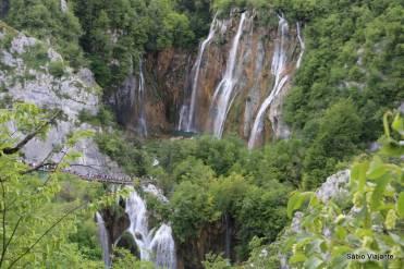 Barreiras de travertino formam as quedas d'água dos lagos inferiores