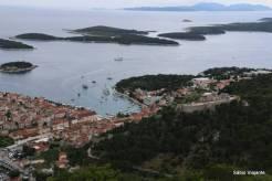 Hvar Town e o movimento de barcos entre Hvar e Pakleni
