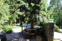 Mesas e bancos para quem chega ao ST2, próximo à Entrada 2