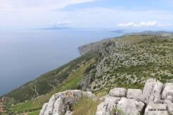 Terreno rochoso e íngreme constrastando com o mar e o céu