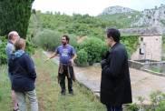 Ivor explicando o funcionamento da coleta de água