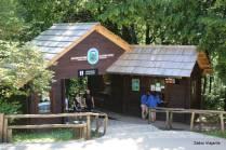 A Entrada 2 não está sinalizada no Google Maps, mas é próxima ao Hotel Jezero