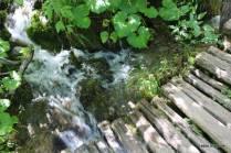 Passarelas passam a centímetros do fluxo de águas