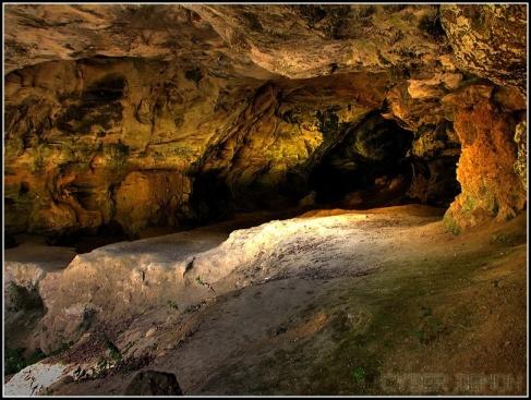 Interior da caverna de Vindija: ossos fossilizados que permitiram o mapeamento do genoma Neandertal