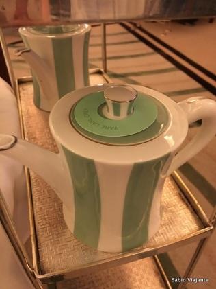 O bule de chá fica vazio. Não tente se servir sozinho; chame o garçom, que ele vai preparar seu chá na hora.