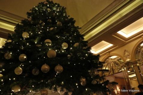 Árvore de Natal localizada no centro do salão de chá